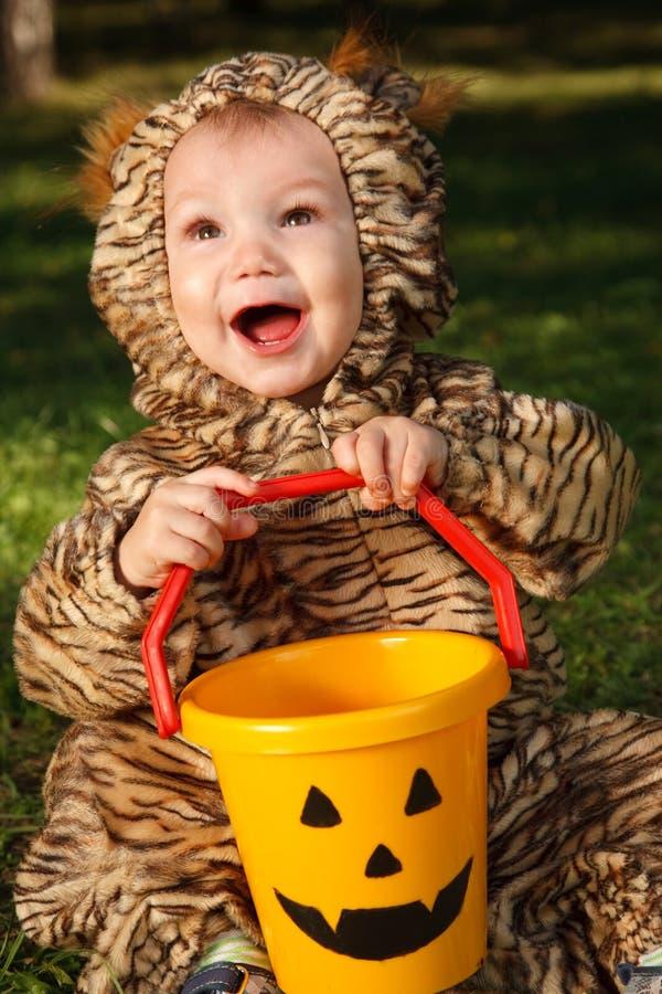Kleinkind im Tigerkostüm lizenzfreies stockfoto