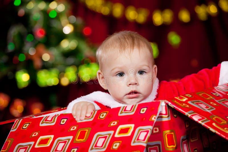 Kleinkind im Weihnachtsgeschenkkasten lizenzfreie stockfotos