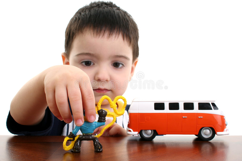 Kleinkind-Junge, der mit Spielwaren spielt stockfotos