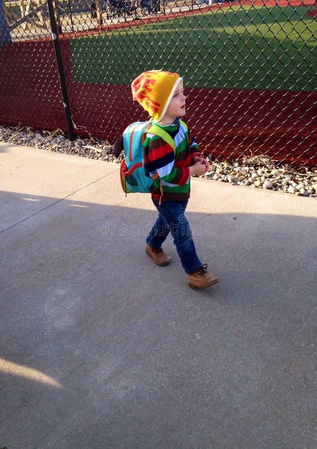 Kleinkind-Junge mit einem Rucksack, der das Baseball-Spiel verlässt lizenzfreie stockbilder