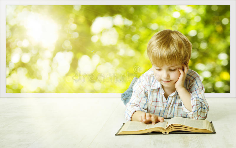 Kleinkind-Jungen-Lesebuch, kleine Kinderfrühe Entwicklung lizenzfreie stockbilder