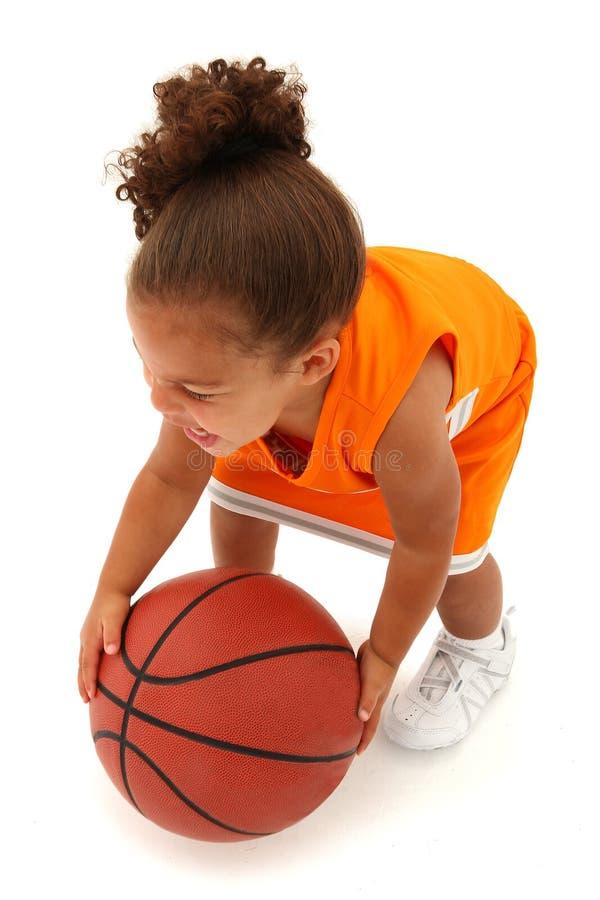 Kleinkind-Mädchen-Basketball-Spieler in der Uniform stockfotografie