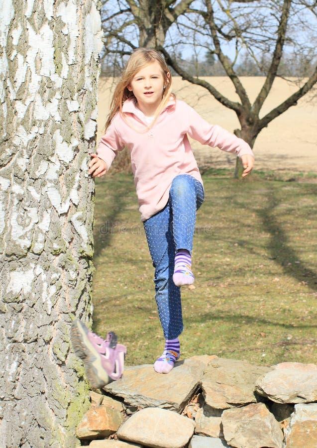 Kleinkind - Mädchen, das weg ihren Schuh tritt stockfotografie