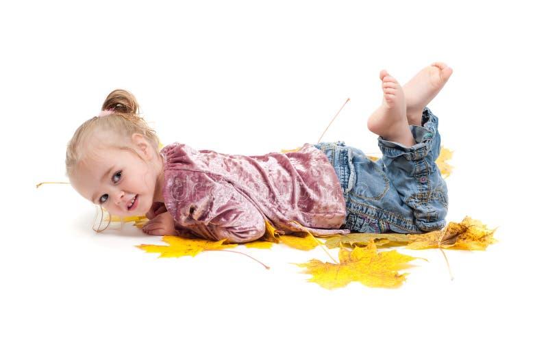Kleinkind mit Ahornblättern lizenzfreies stockbild