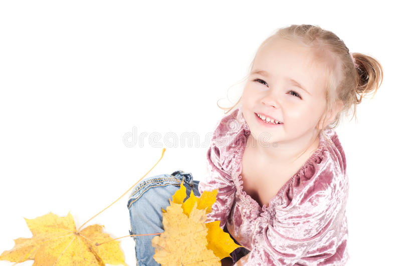 Kleinkind mit Ahornblättern stockfoto