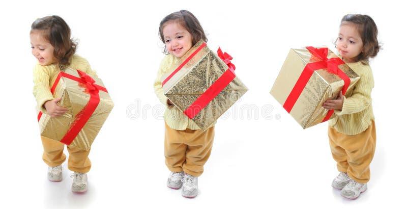 Kleinkind mit einem Weihnachtsgeschenk stockfoto
