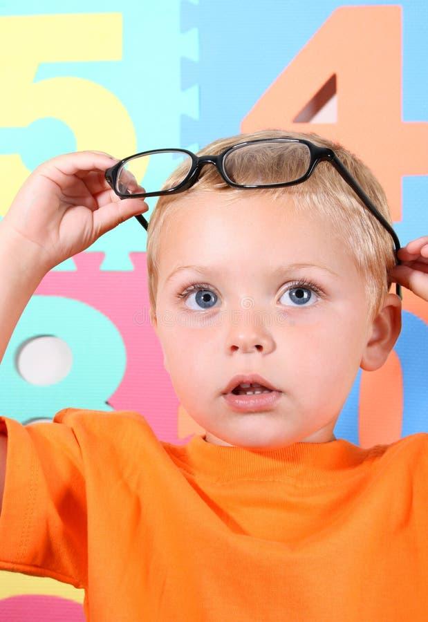 Kleinkind mit Gläsern stockfotos