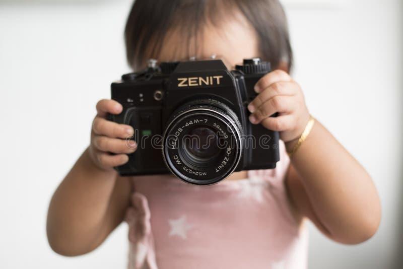 Kleinkind mit Kamera lizenzfreies stockfoto