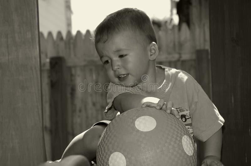 Kleinkind mit Kugel lizenzfreie stockfotografie