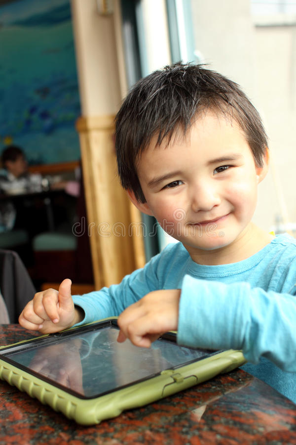 Kleinkind mit Tablette PC stockfotos