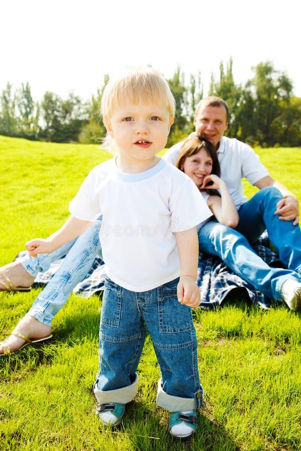 Kleinkind und Muttergesellschaft auf Gras lizenzfreie stockbilder