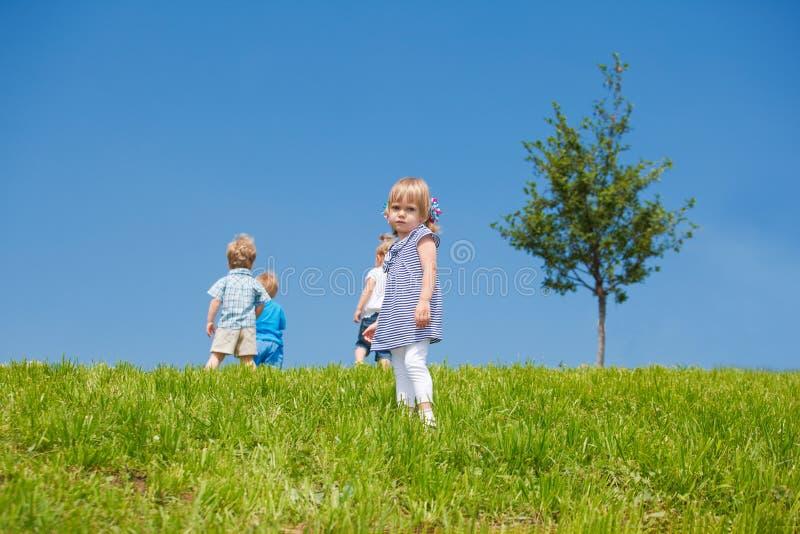 Kleinkind verließ durch Freunde stockbilder