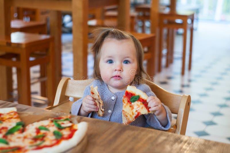Kleinkind, welches die Pizza appetitanregend, Konzept des Babyessens isst lizenzfreie stockfotografie