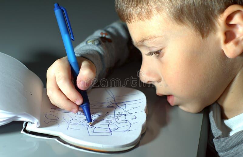 Download Kleinkind-Zeichnung stockbild. Bild von familie, schreiben - 40745