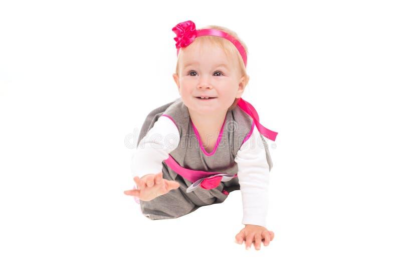 Kleinkindbaby, das auf alle fours geht stockfotografie