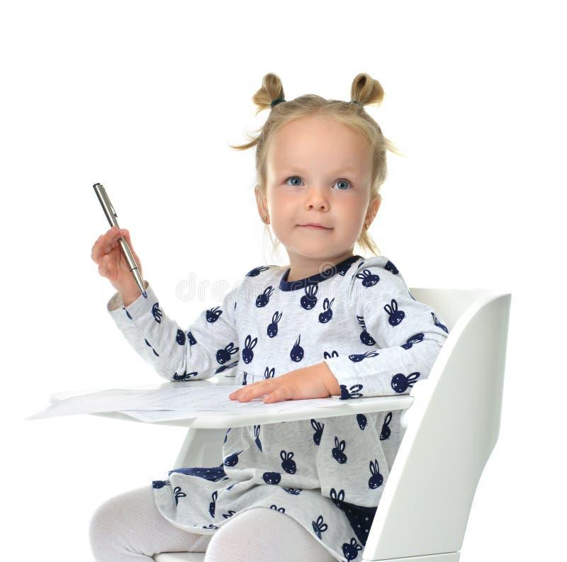 Kleinkindbaby, das wie man auf ein Papierbuch mit Stift lernt, schreibt lizenzfreies stockfoto