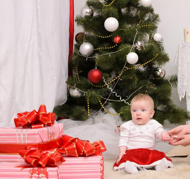 Kleinkindbaby im Weihnachtsinnenraum stockbild