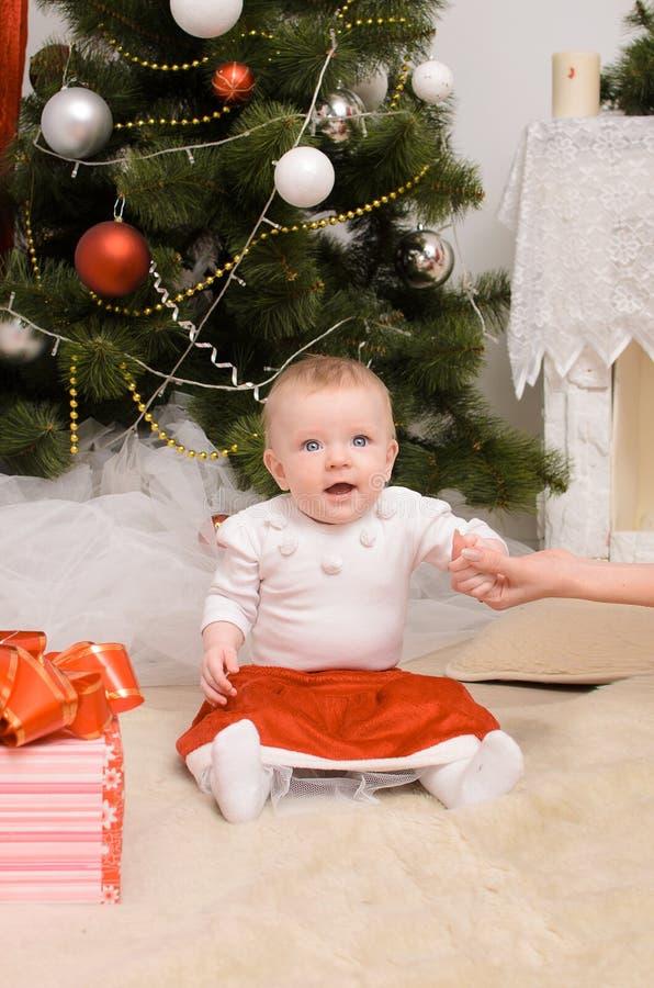 Kleinkindbaby im Weihnachtsinnenraum lizenzfreies stockfoto