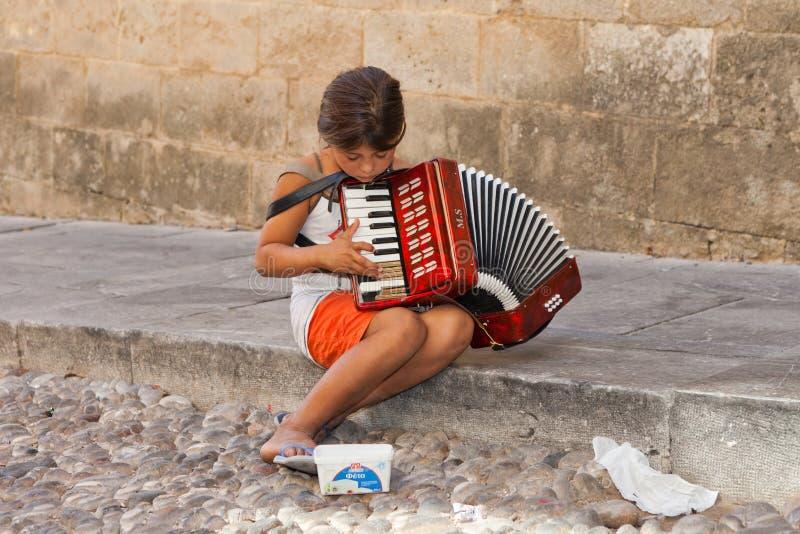 Kleinkindbettler, Musik in den Straßen spielend stockfotografie