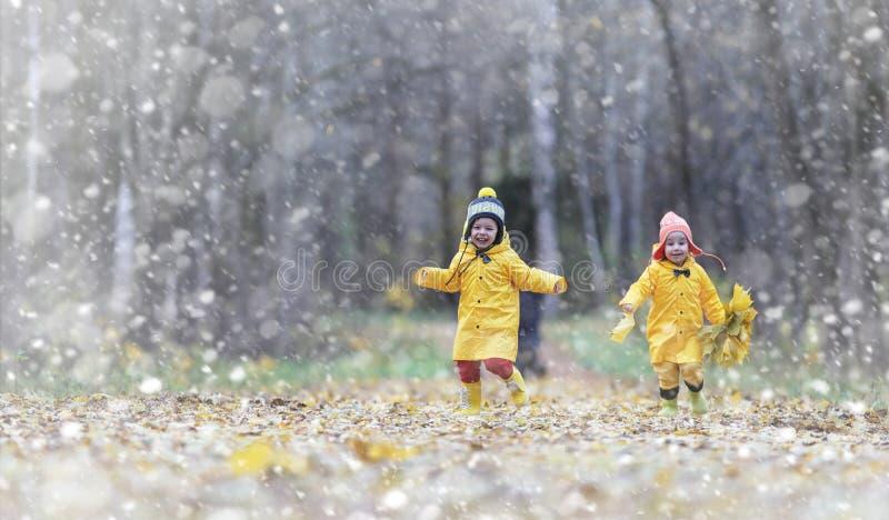 Kleinkinder auf einem Weg im Herbst parken Erster Frost und der erste stockfotos
