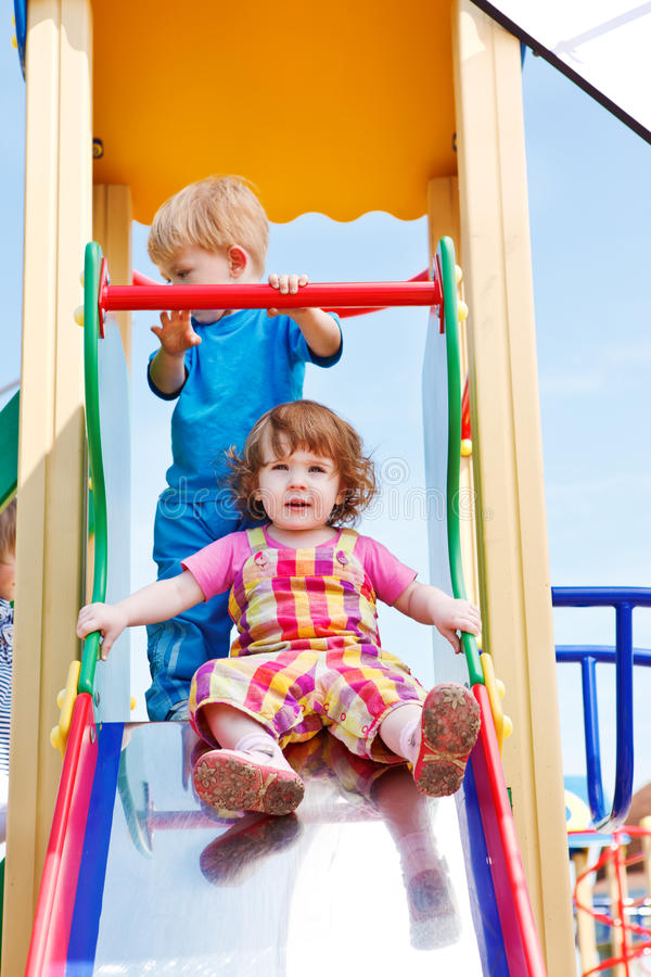 Kleinkinder auf einer Rutsche stockfoto