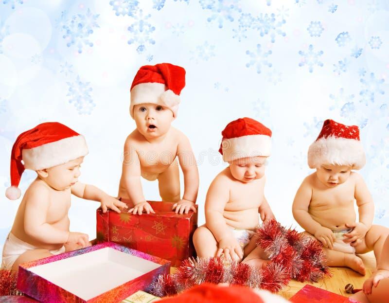 Kleinkinder in den Weihnachtshüten stockfoto