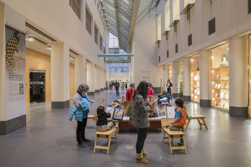 Kleinkinder, die innerhalb des asiatischen Kunstmuseums zeichnen lizenzfreies stockbild