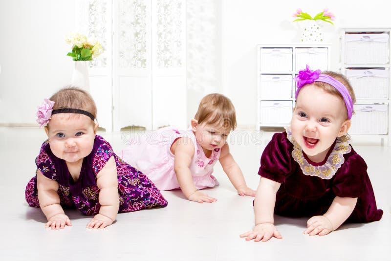Kleinkinder im Wohnzimmer lizenzfreie stockfotos