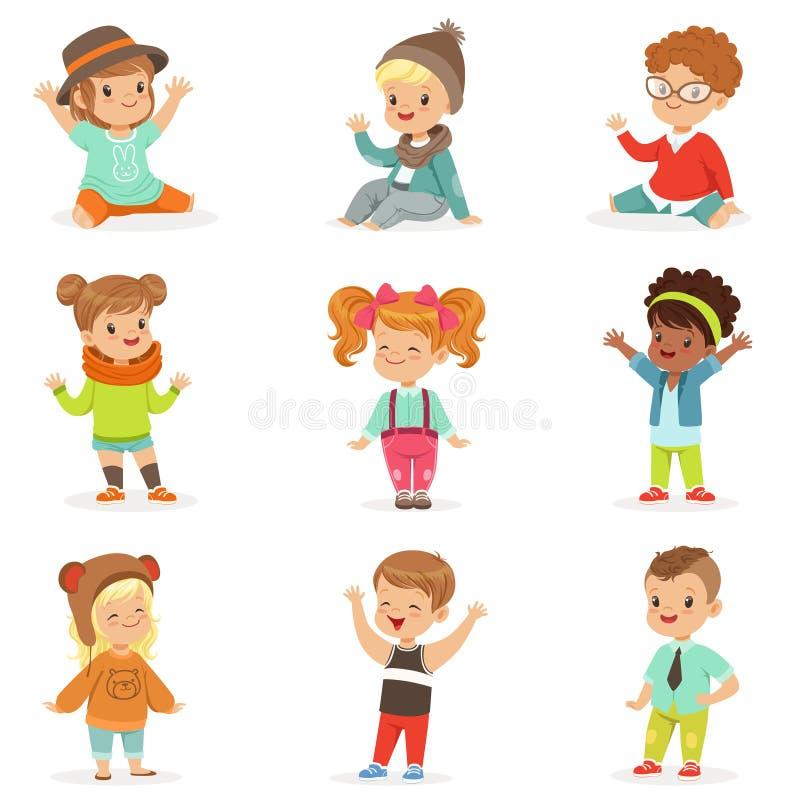 Kleinkinder kleideten in der netten Kindermode-Kleidung, im Satz Illustrationen mit Kindern und in der Art an stock abbildung