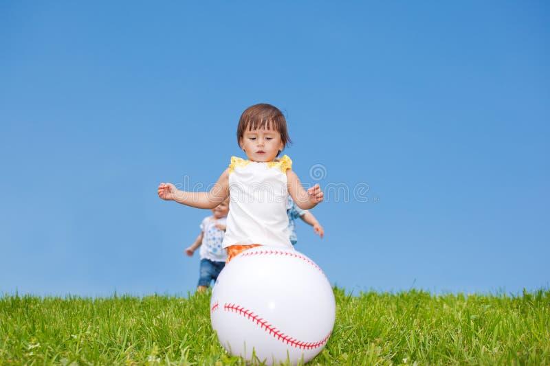 Kleinkinder, welche die Kugel abfangen lizenzfreies stockbild