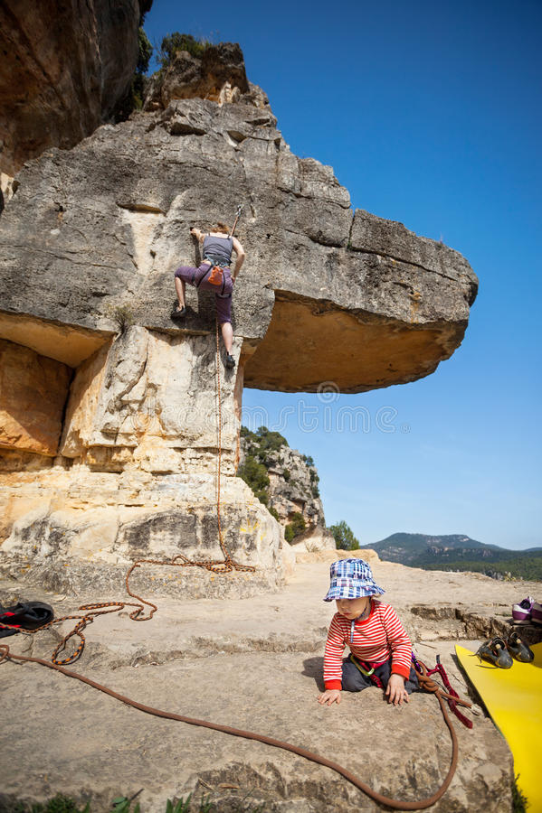 Kleinkindjunge, der am Fuß des Berges spielt lizenzfreie stockbilder