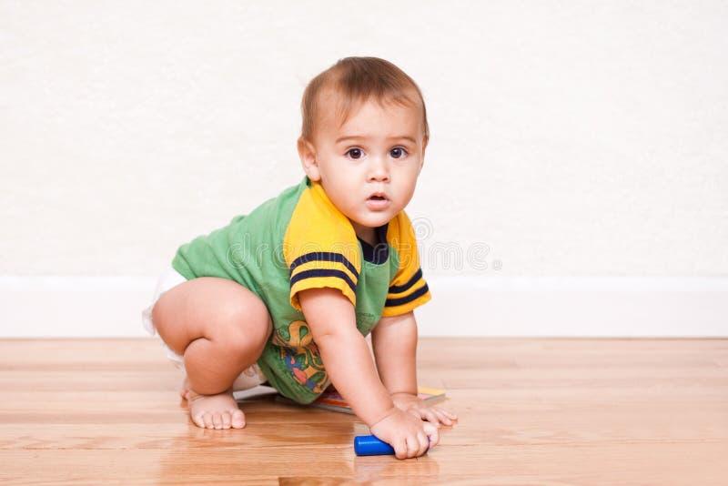 Kleinkindjunge, der mit Spielzeug spielt lizenzfreie stockfotografie
