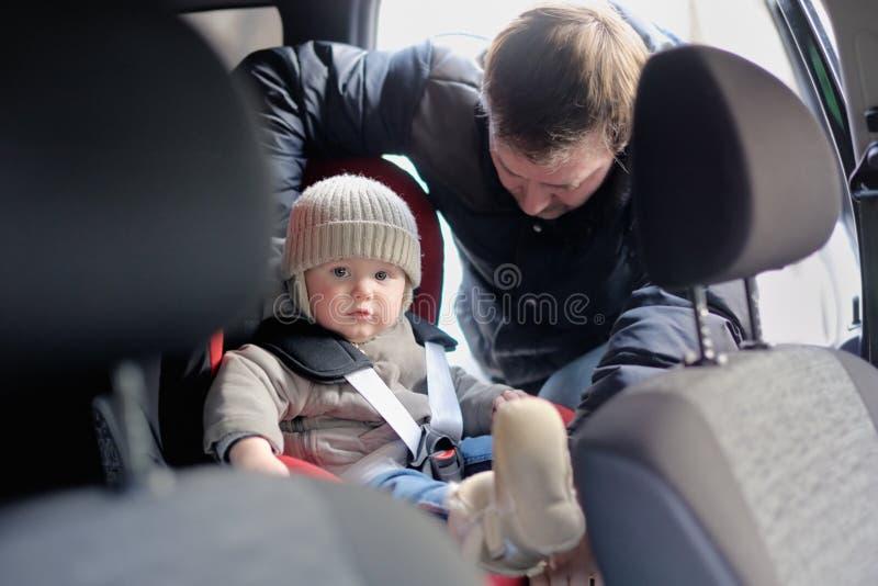Kleinkindjunge im Autositz lizenzfreies stockfoto