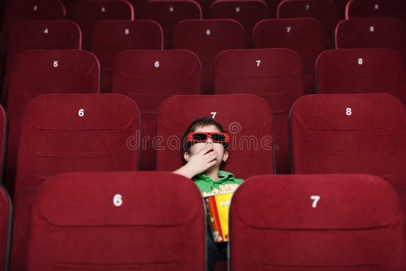 Kleinkindjunge mit Popcorn lizenzfreies stockbild