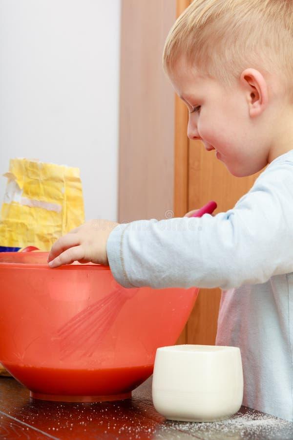 Kleinkindjungenkochen, Kuchen in der Schüssel machend lizenzfreie stockbilder