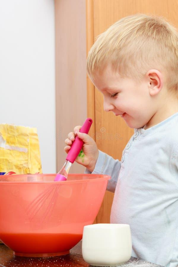 Kleinkindjungenkochen, Kuchen in der Schüssel machend lizenzfreie stockfotografie