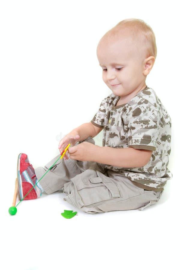 Kleinkindjungenspielen lizenzfreie stockfotos
