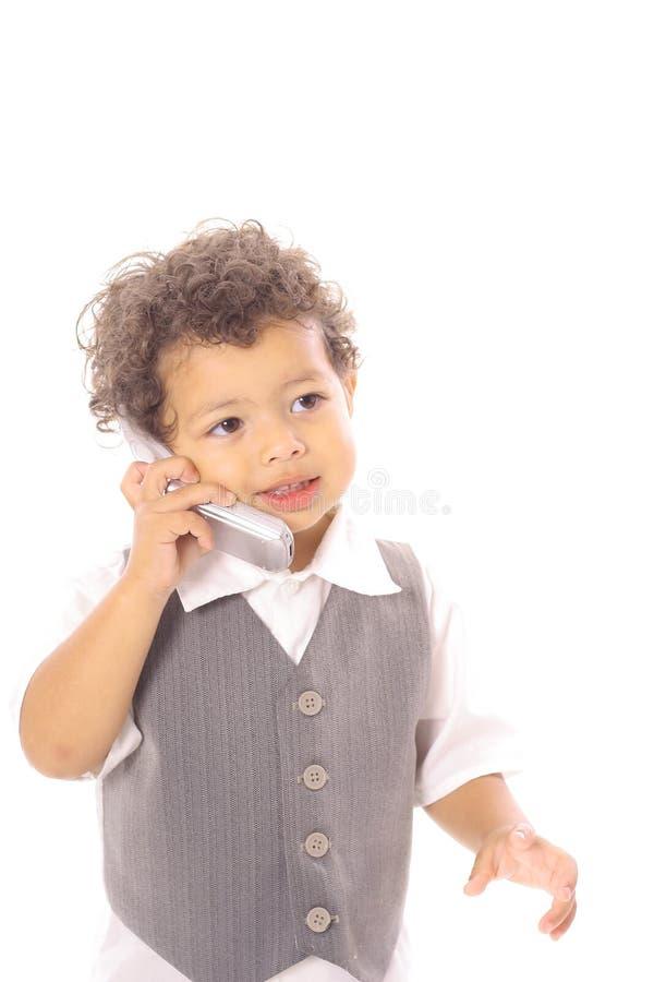 Kleinkindkind, das auf Mobiltelefon spricht lizenzfreie stockbilder