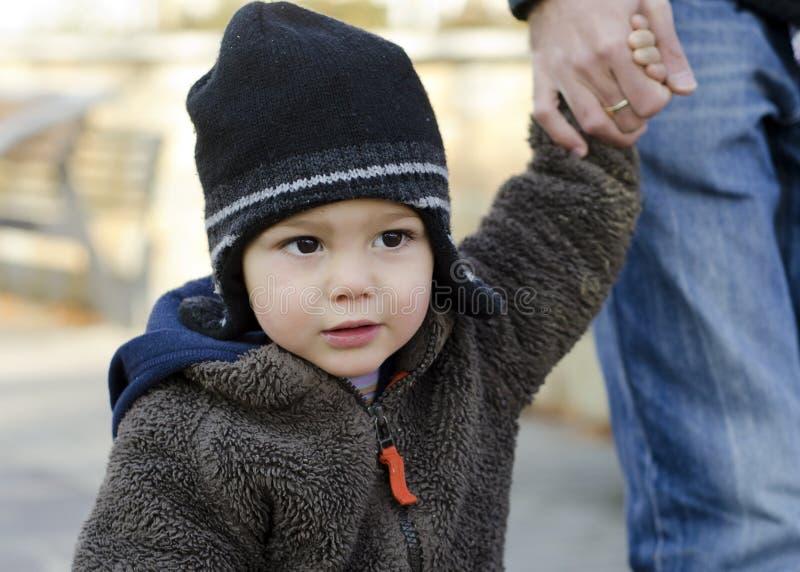 Kleinkindkind, das Hand anhält stockbild