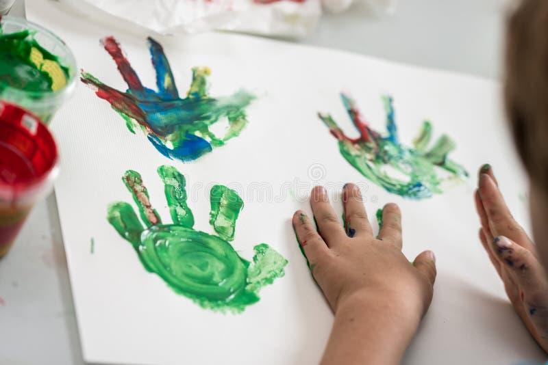 Kleinkindkinderhandmalerei lizenzfreies stockfoto