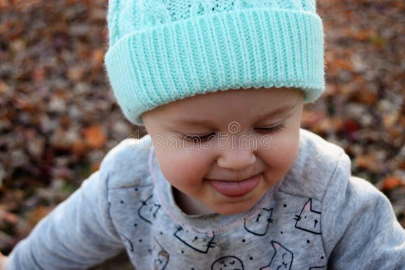 Kleinkindmädchen, das heraus Zunge haftet stockbilder