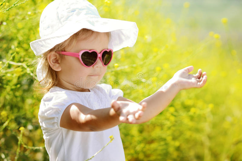 Kleinkindmädchen, das Sommerlicht genießt lizenzfreie stockbilder