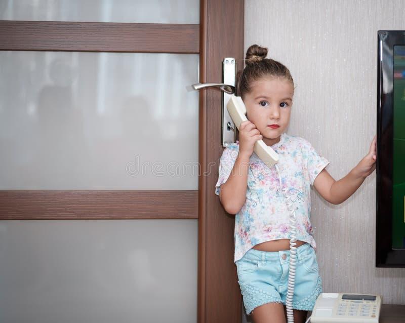 Kleinkindmädchen, das am Telefon spricht lizenzfreie stockfotografie