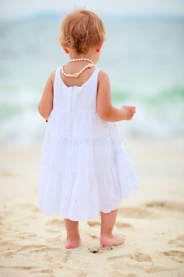 Kleinkindmädchen an der Küste stockbild
