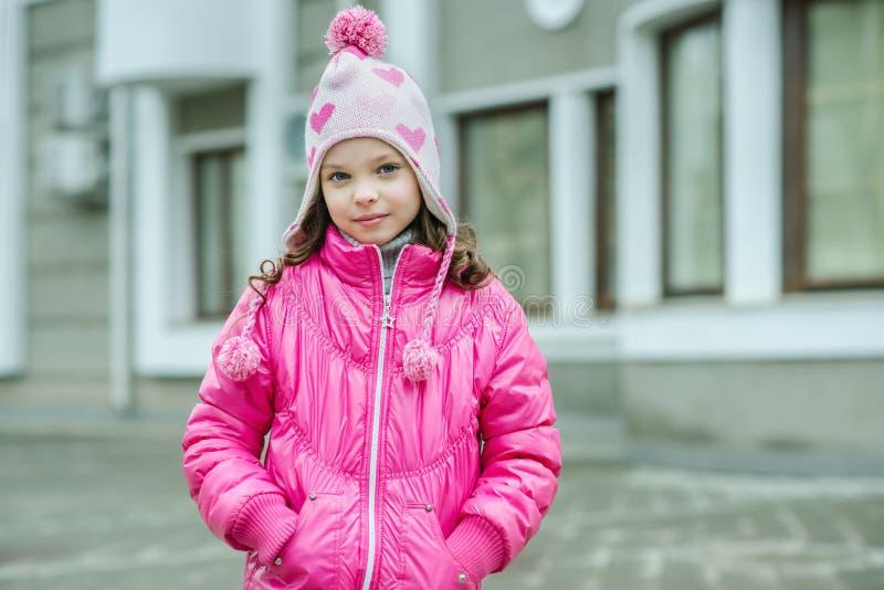 Kleinkindmädchen in der Klingelnjacke gehend in die Stadt Lächelndes Chi lizenzfreie stockfotografie
