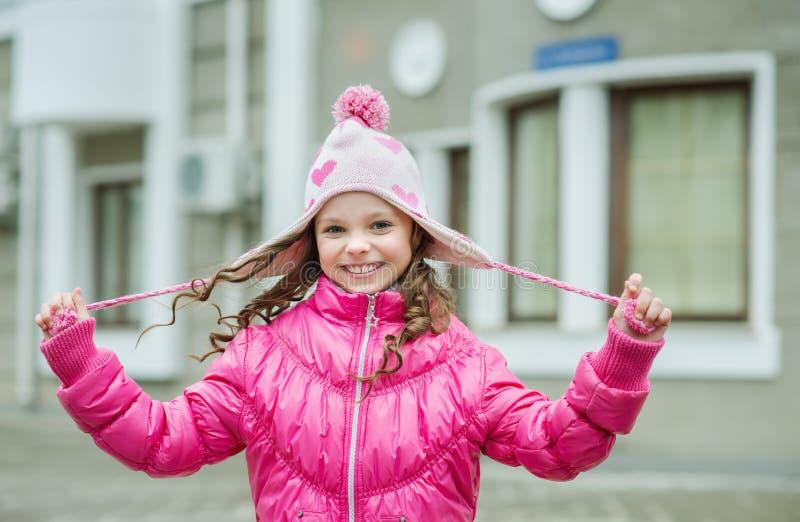 Kleinkindmädchen in der Klingelnjacke gehend in die Stadt Lächelndes Chi lizenzfreie stockbilder