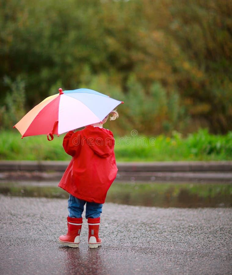Kleinkindmädchen draußen am regnerischen Tag lizenzfreies stockbild