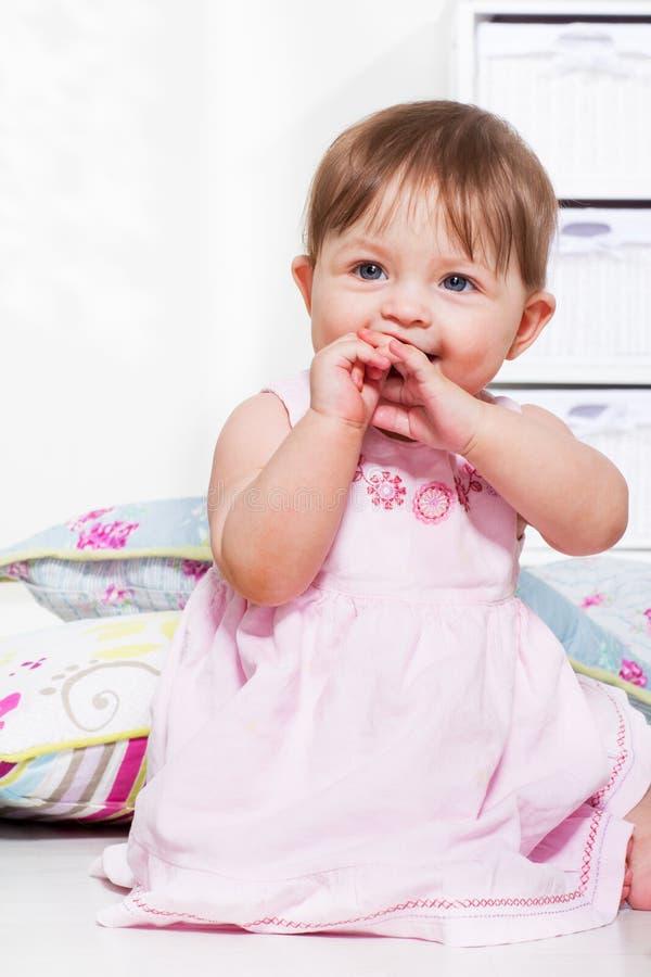 Kleinkindmädchen in einem festlichen Kleid stockfotos