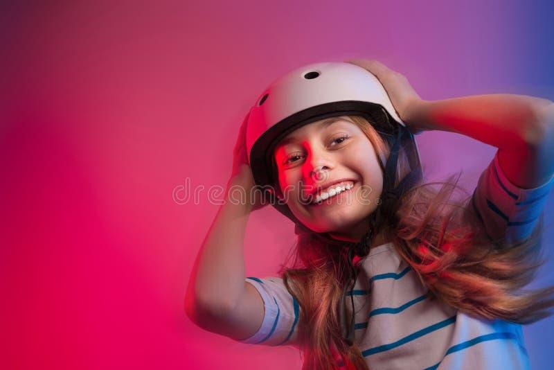 Kleinkindmädchen im Rochensturzhelm - Sicherheit und Sport stockbild