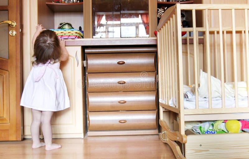 Kleinkindmädchen zu Hause stockbilder